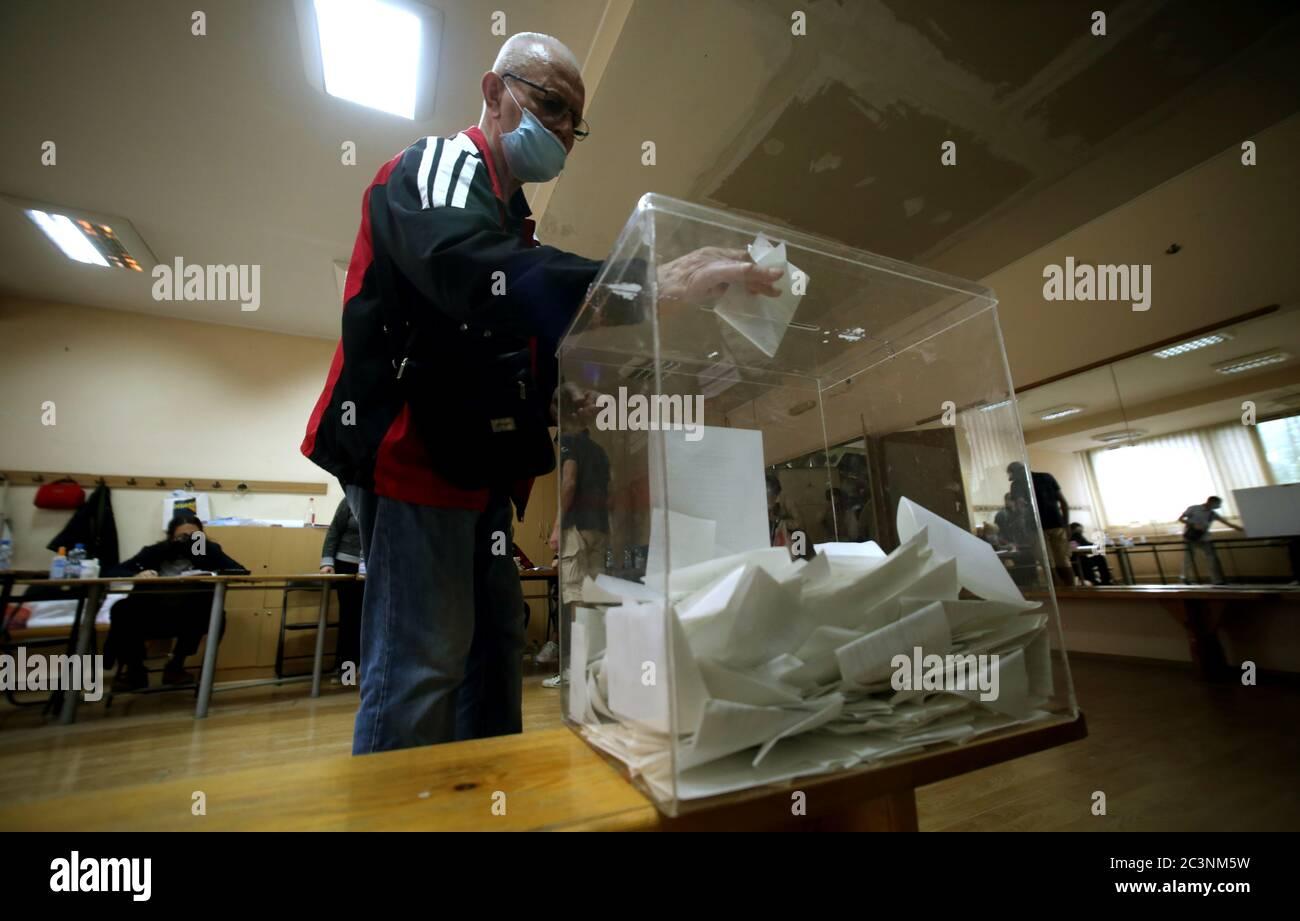 Belgrad, Serbien. 21. Juni 2020. Ein Mann mit einer Gesichtsmaske, der in einem Wahllokal abstimmt. Die Wähler der westlichen Balkanstaaten wählen ihre Vertreter in der Nationalversammlung mit 250 Sitzen. Die Abstimmung war ursprünglich für den 26. April geplant, wurde jedoch aufgrund des Ausnahmezustands verschoben, der in einem Versuch erklärt wurde, die Ausbreitung der anhaltenden Pandemie der COVID-19-Krankheit, die durch das SARS-CoV-2-Coronavirus verursacht wurde, einzudämmen. Quelle: Koca Sulejmanovic/Alamy Live News Stockfoto