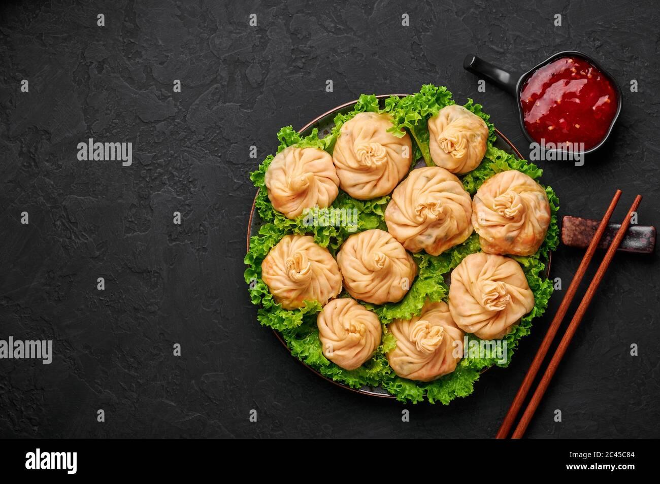 Veg Momos auf schwarzer Schieferplatte. Momos ist das beliebte Gericht der indischen, tibetischen, chinesischen Küche. Asiatische Küche. Vegetarisches Menü. Speicherplatz kopieren. Draufsicht Stockfoto