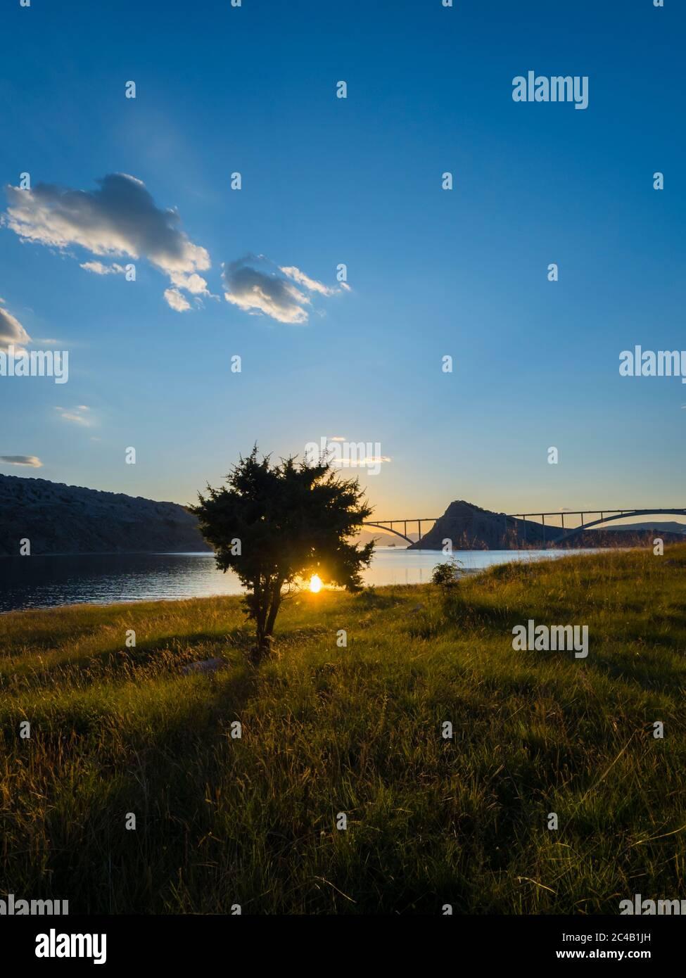 Sonnenuntergang Landschaft Silhouette Silhouetten Bäume Brücke Festland zur Insel Krk Kroatien Stockfoto