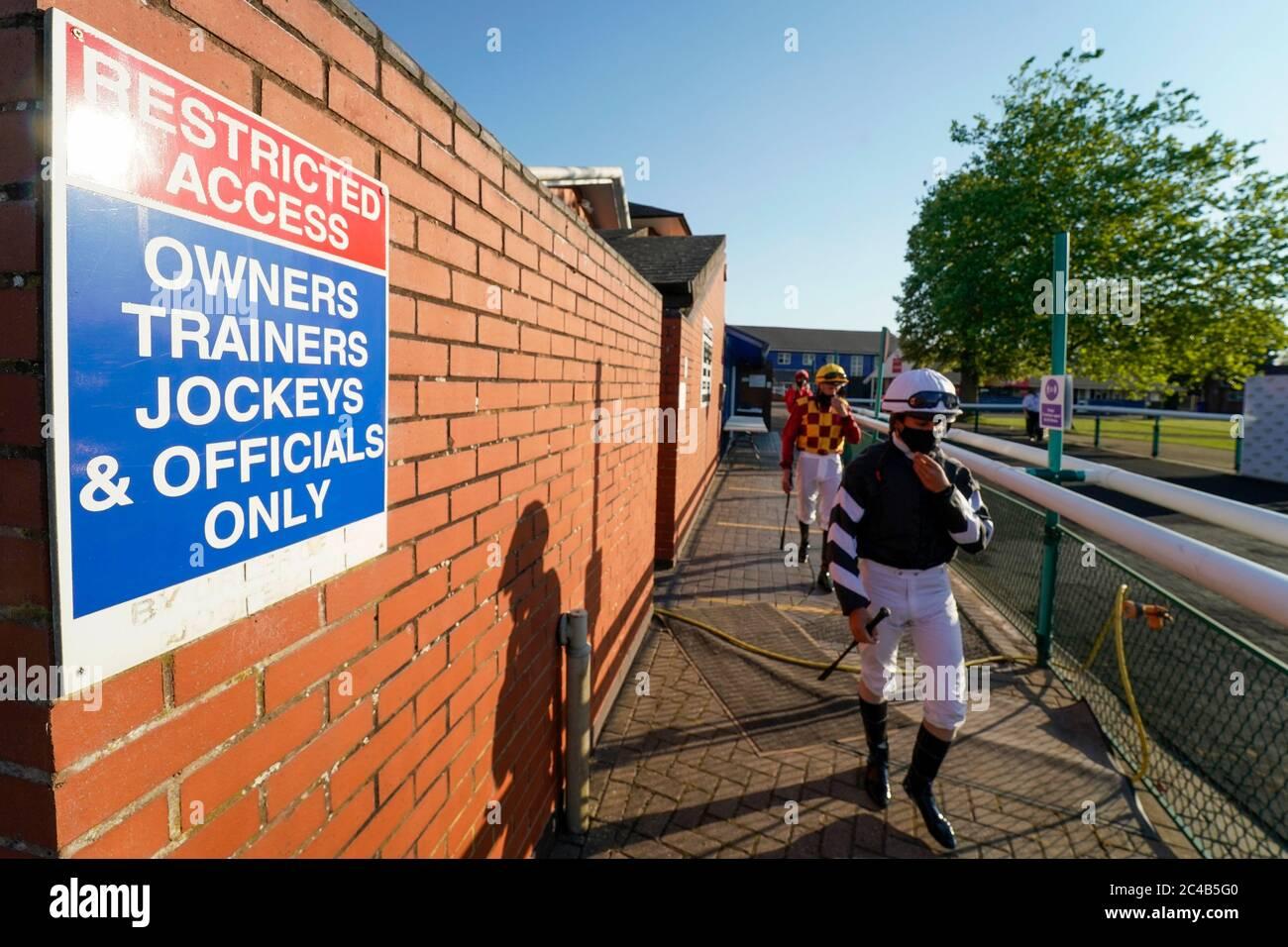 Ein allgemeiner Blick, als Jockeys den Wägeraum verlassen und sich auf den Weg zum Paradering auf der Leicester Racecourse machen. Stockfoto