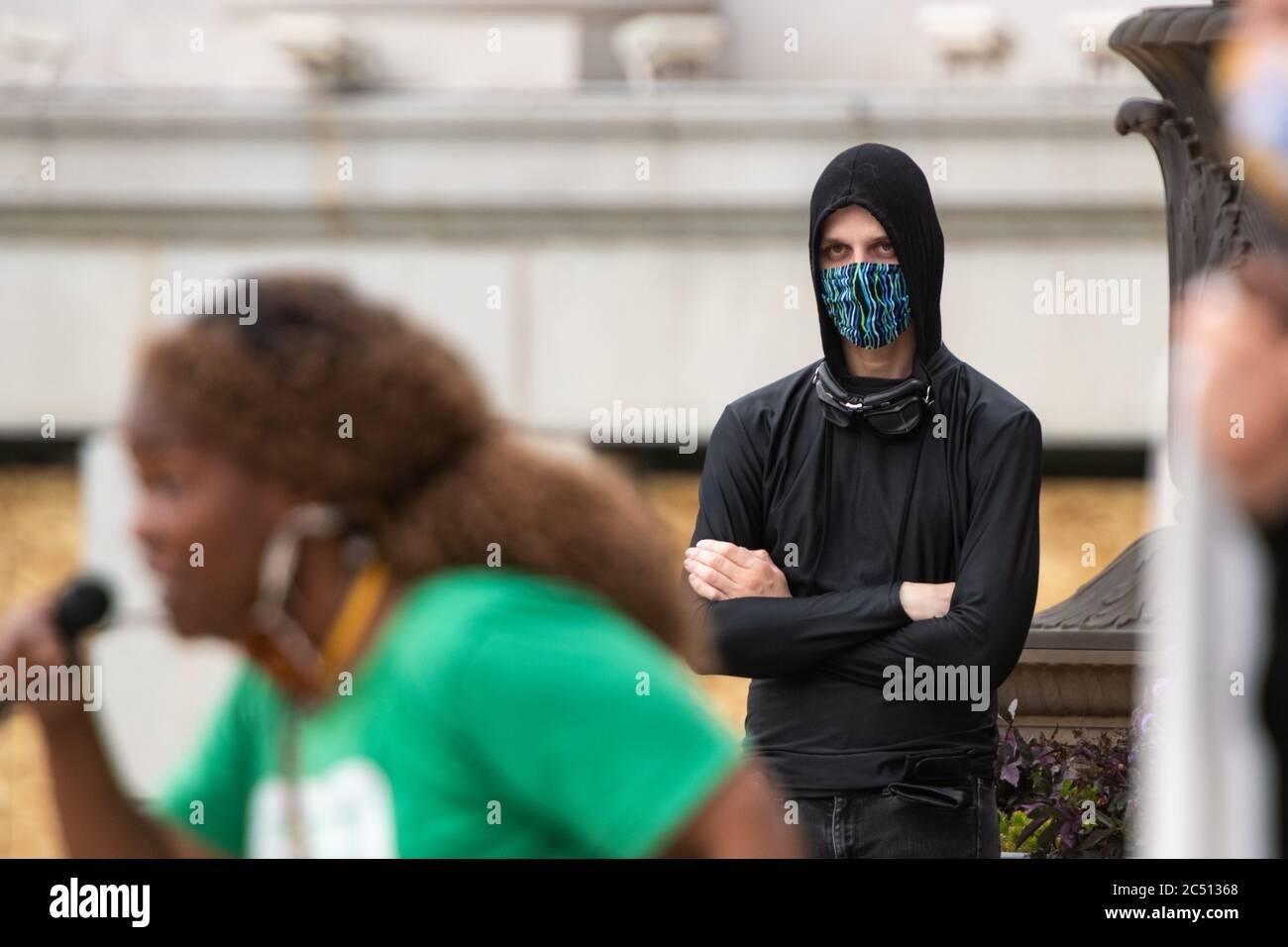 """29. Juni 2020: Nachdem die Stadtratssitzung von Denver wegen """"gesundheitlicher Bedenken"""" abgesagt wurde, spricht Ratsmitglied Candi Cdabaca zu einer Gruppe von Demonstranten. Die Gruppe wollte nicht zulassen, dass der Stadtrat sie von ihren öffentlichen Kommentaren abhält. Das Volksstadthum wurde sofort gebildet. Drei Minuten zu einer Zeit sprachen Demonstranten leidenschaftlich von einem Mikrofon auf der Treppe, die zu den Ratskammern führte. Quelle: Tyler Tomasello/ZUMA Wire/Alamy Live News Stockfoto"""