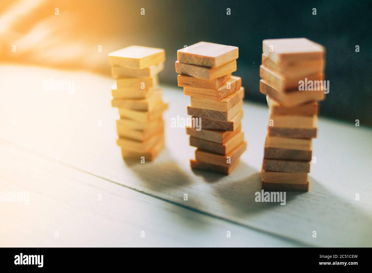 Holzwürfel stapeln sich gegenseitig auf Holz. Vorlage Für Finanzwesen Business Design Stockfoto