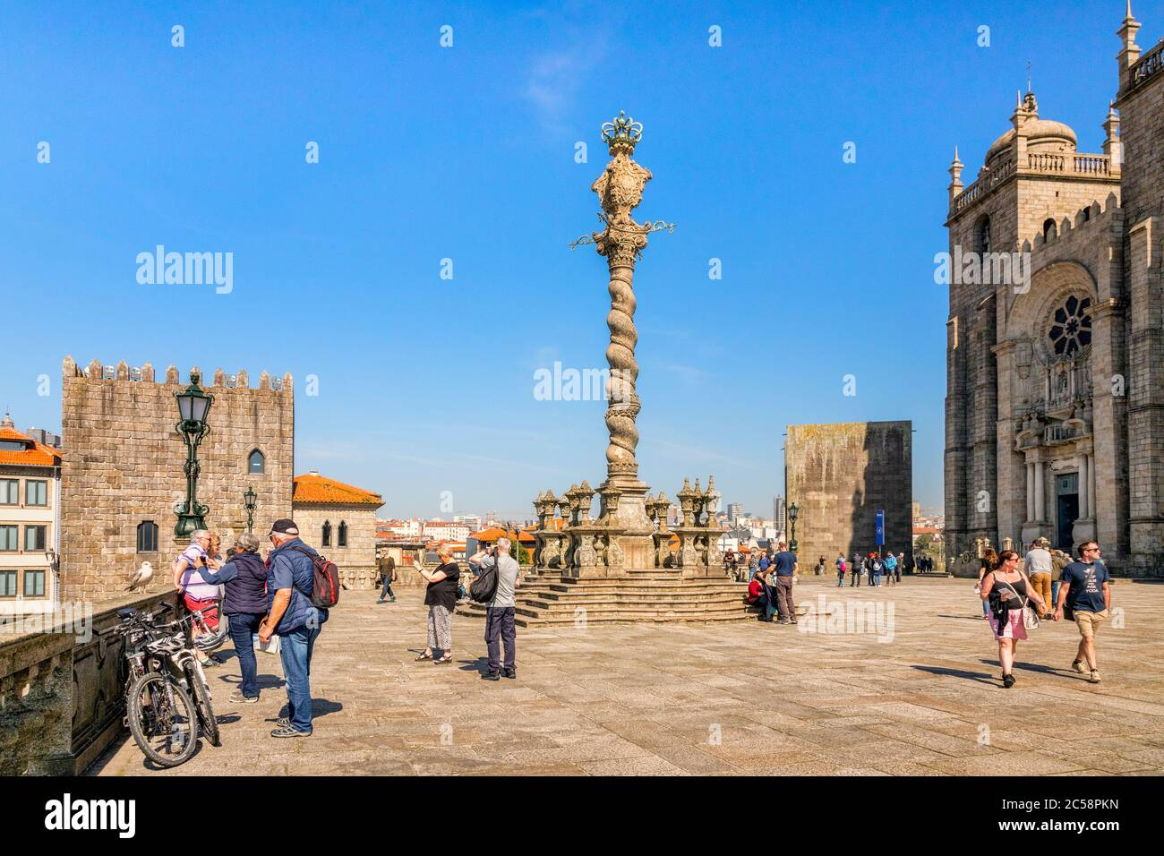 10. März 2020: Porto, Portugal - die Pelourinho oder Pranger von Porto, die auf dem Platz am westlichen Ende der Kathedrale steht. Stockfoto