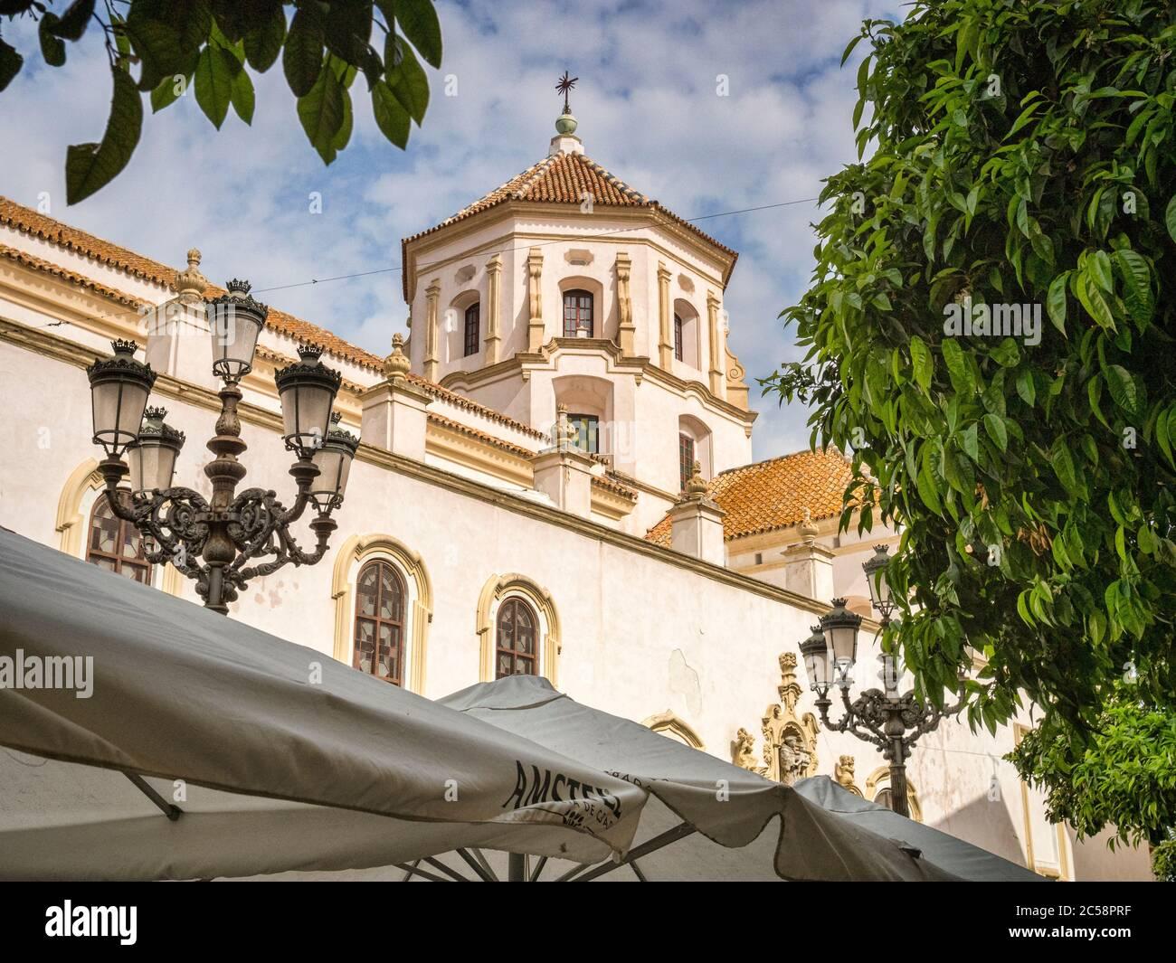 12. März 2020: Cadiz, Spanien - Teil des Klosters des Hl. Franziskus auf der Plaza San Francisco bei Frühlingssonnenbaden, Cadiz. Stockfoto