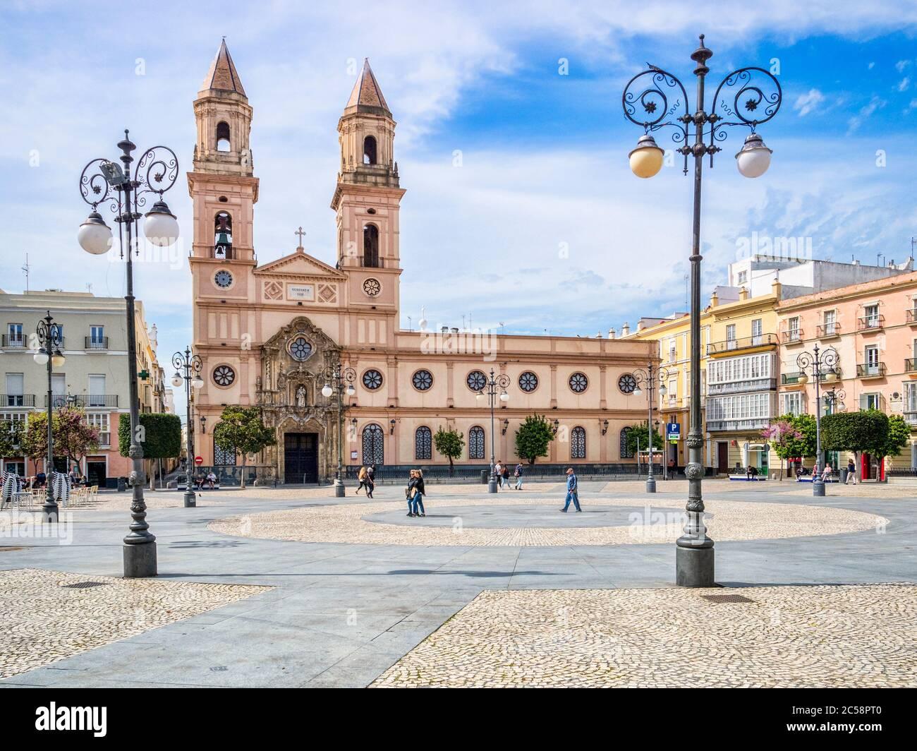 12. März 2020: Cadiz, Spanien - die Plaza de San Antonio und ihre Kirche im Frühlingssonne, Cadiz. Stockfoto