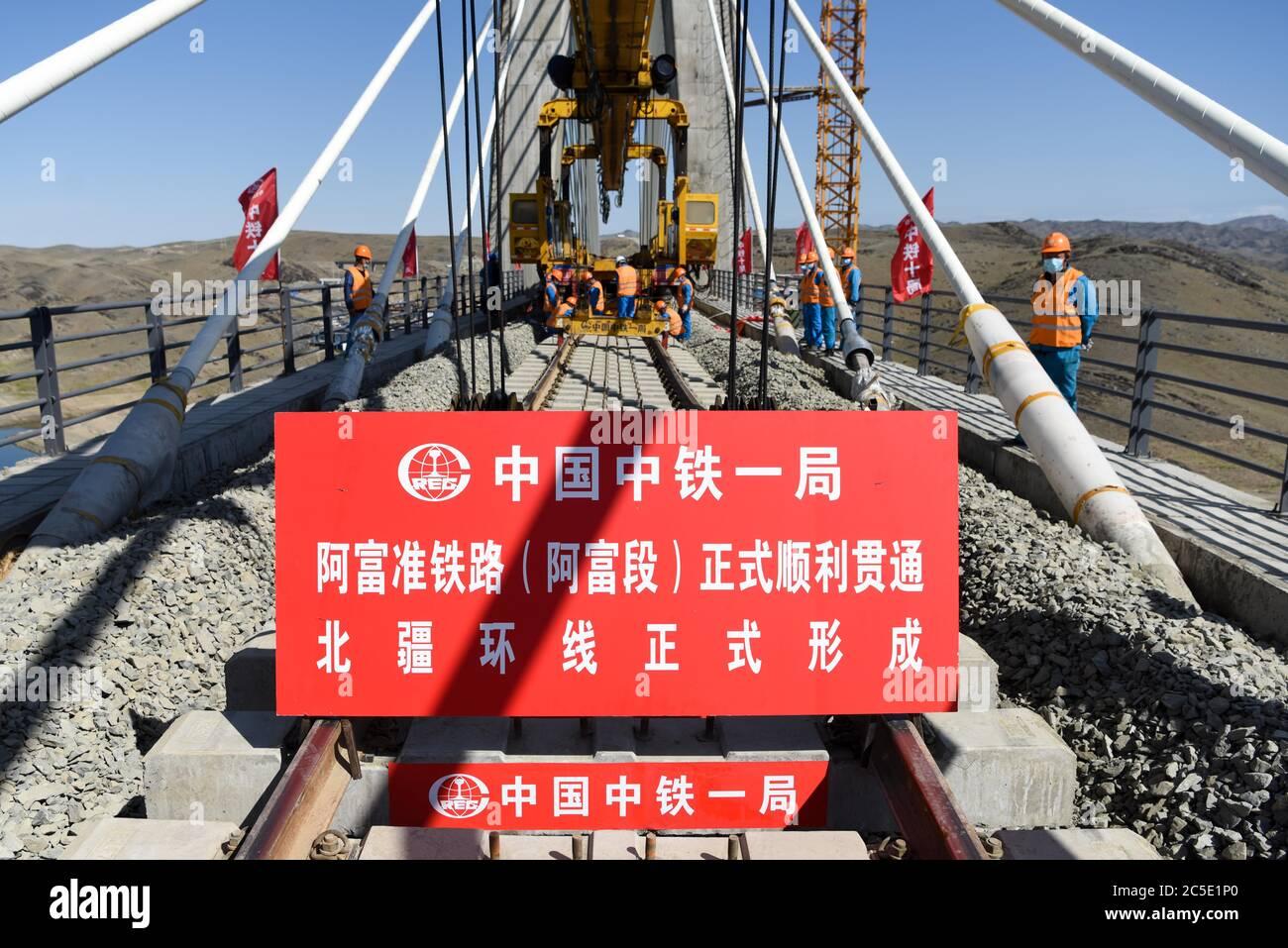 Fuyun. Juli 2020. Arbeiter legen Spuren auf einer Brücke, als sie die letzten Feinschliff auf dem Altay-Fuyun Abschnitt der Afuzhun (Altay-Fuyun-Zhundong) Eisenbahn im Fuyun Bezirk, nordwestlich von Xinjiang Uygur Autonome Region, 2. Juli 2020 die Afuzhun Bahn, die 420 Kilometer umfasst, wurde im Nordwesten Chinas Xinjiang fertiggestellt. Sie ist mit einer weiteren Eisenbahn im Norden verbunden und gemeinsam werden sie Teil eines kreisförmigen Eisenbahnnetzes im nördlichen Teil von Xinjiang sein. Die Afuzhun-Bahn wird voraussichtlich am 30. August in Betrieb gehen. Stockfoto