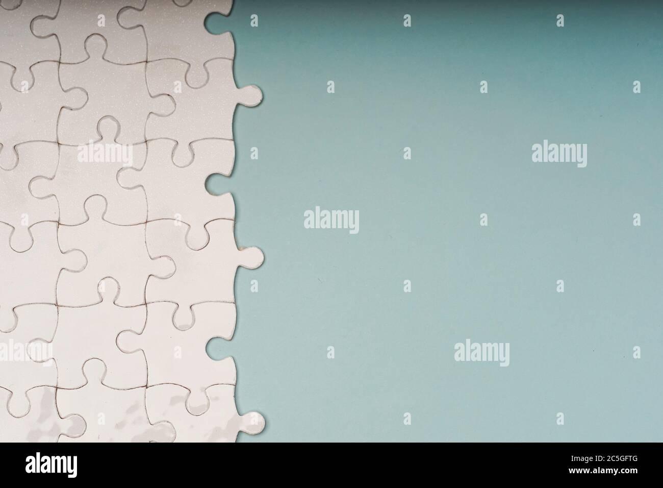 Geschlossene Aufnahme von leeren weißen Puzzleteilen, selektiver Fokus, Kopierraum für Text Stockfoto