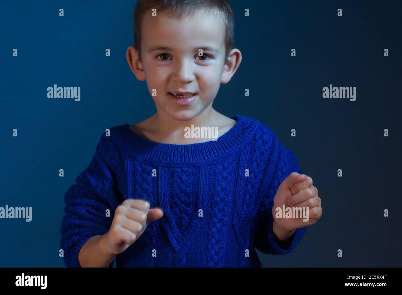 Studio-Porträt von Jungen in einem blauen klassischen Schirton auf blauem Hintergrund Stockfoto