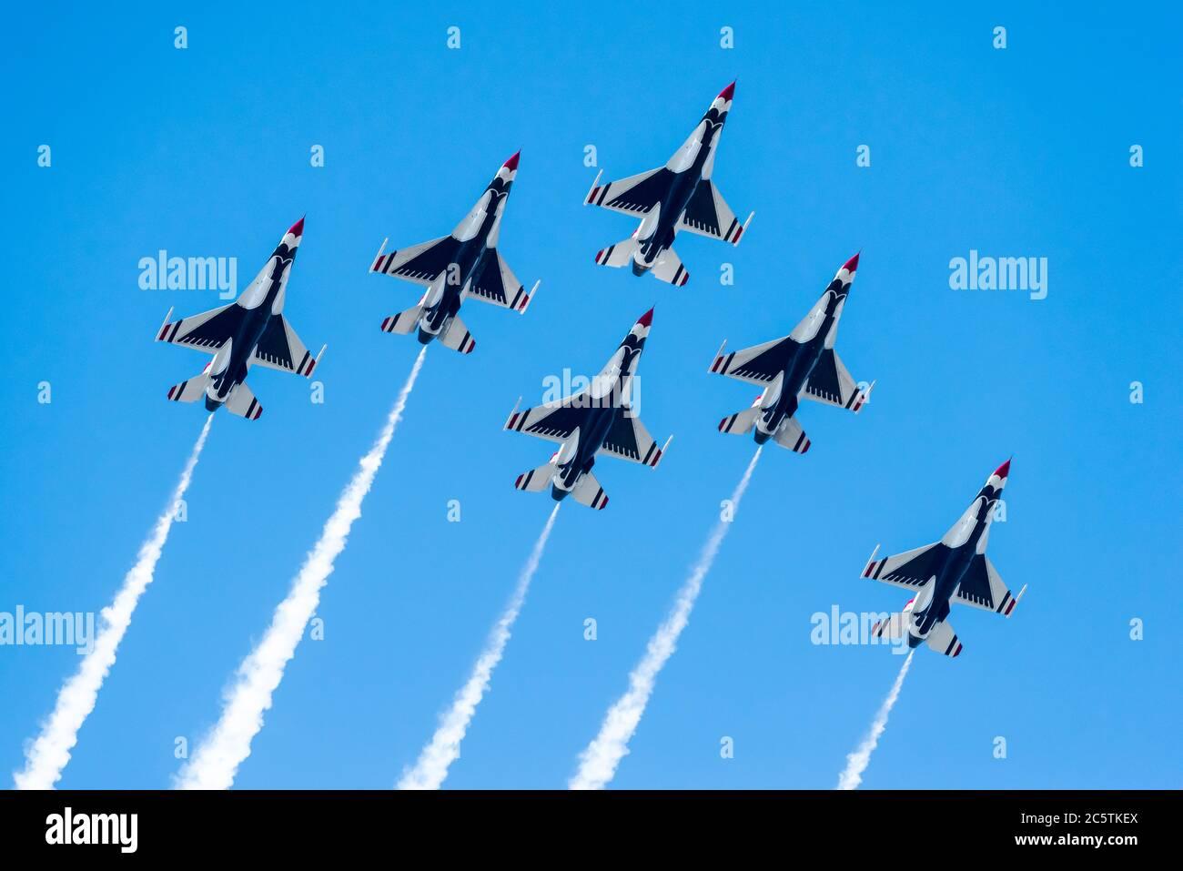 Boston, Massachusetts. Juli 2020. USAF Thunderbirds fliegen beim DOD Salute to America 2020 Überflug. Stockfoto