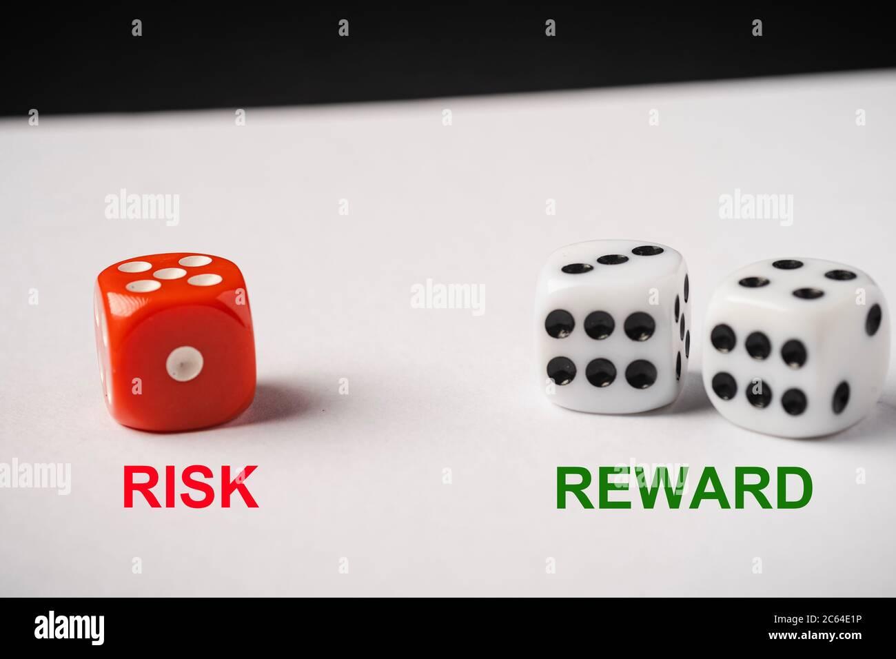 Rote und weiße Würfel, Risiko vs. Rendite – konzeptueller Schuss. Stockfoto