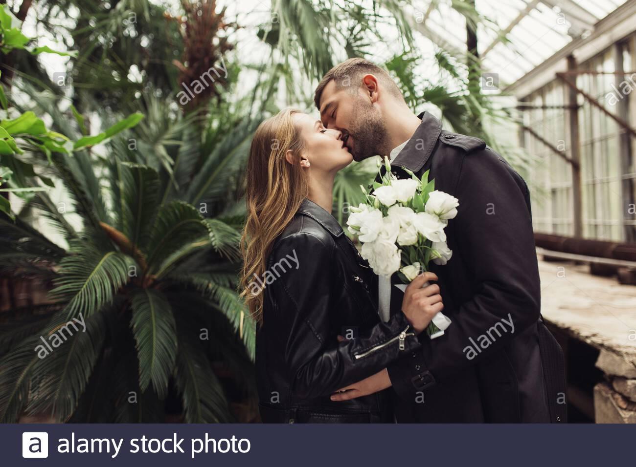 Weißen Schwarzes Mädchen Kerl küsst Die Schwarze