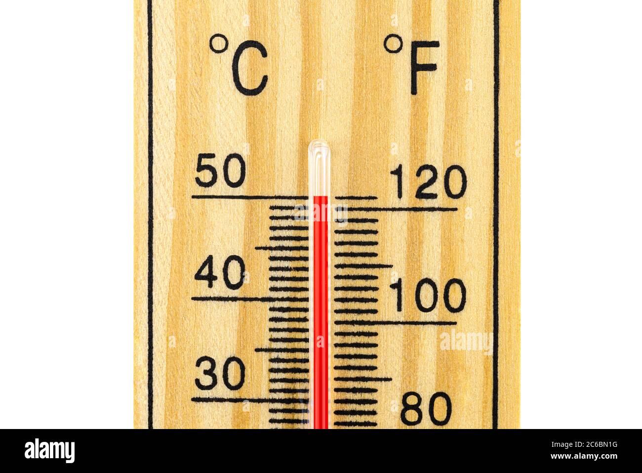 Eine Makroaufnahme eines klassischen Holzthermometers, das eine ...