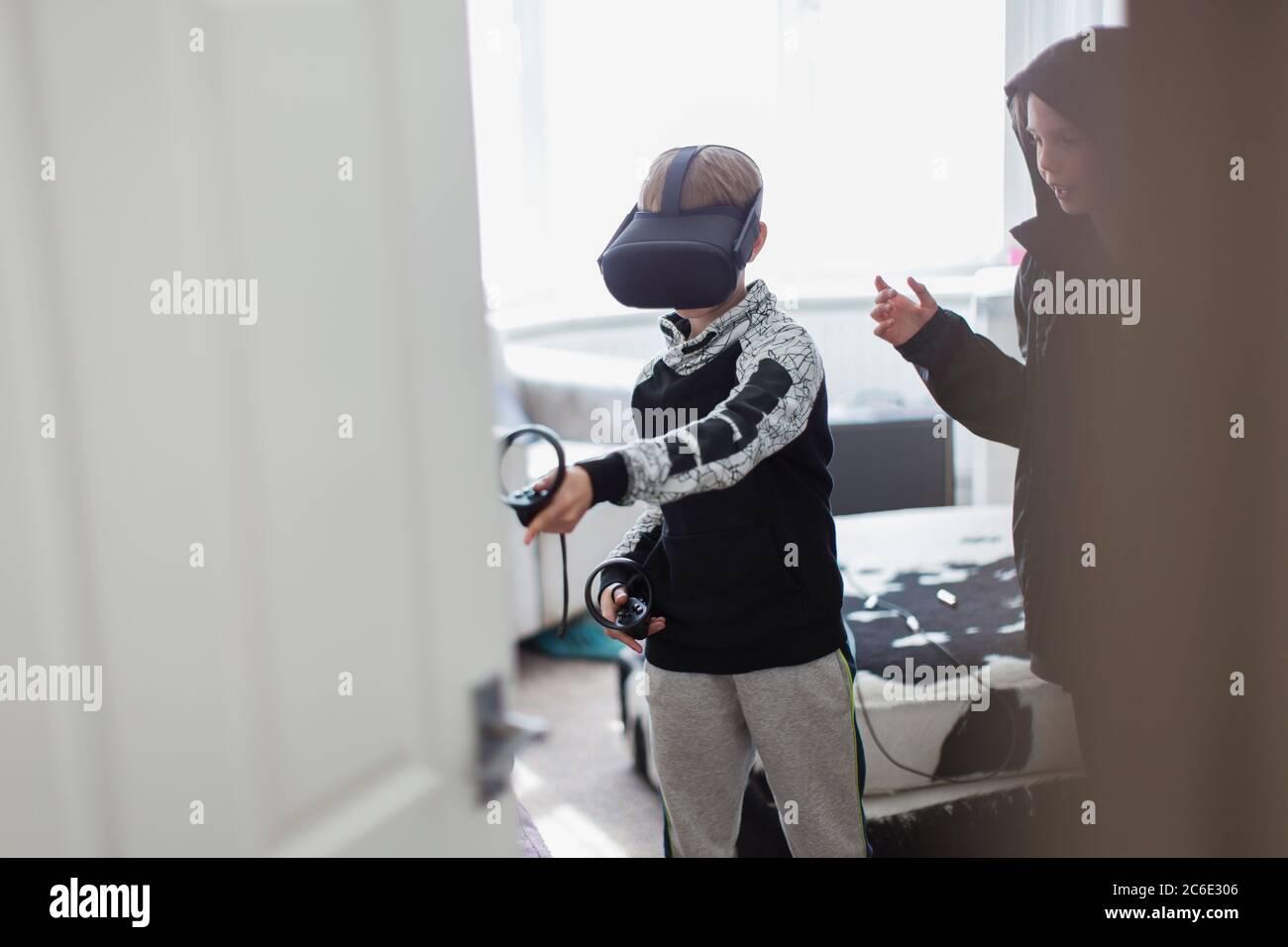 Brüder spielen Videospiel mit VRS Brille Stockfoto