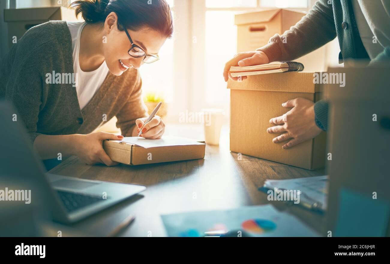 Zwei Menschen arbeiten zusammen im Lager für Online-Verkäufer. Konzept des kleinen Unternehmens. Stockfoto