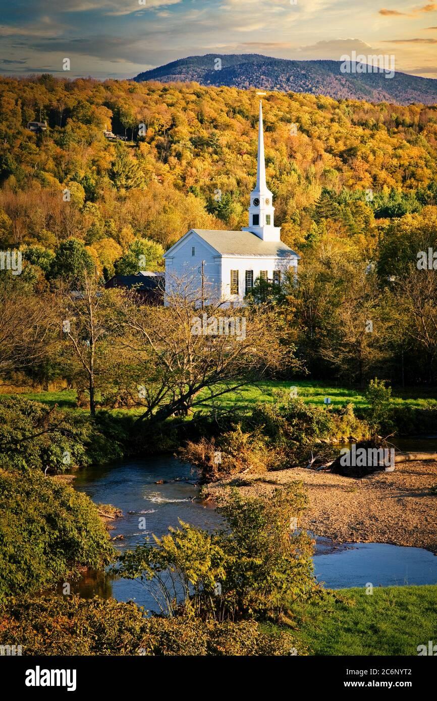 Die Stowe Community Church sticht inmitten von lebendigen Herbstfarben in den White Mountains von Vermont hervor. Stockfoto