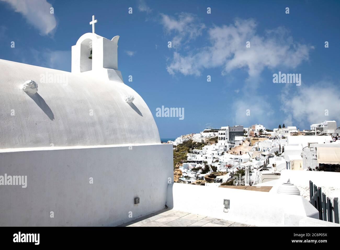 Eine der vielen kleinen Kirchen im Dorf Oia auf Santorini, Griechenland. Stockfoto