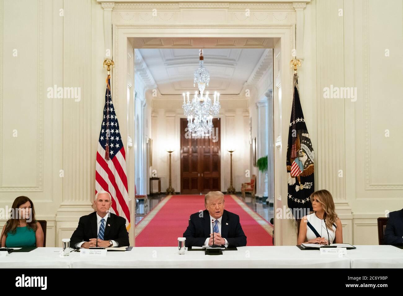 Washington, Vereinigte Staaten Von Amerika. Juli 2020. First Lady Melania Trump, Vizepräsident Mike Pence und Second Lady Karen Pence hören zu, wie Präsident Donald J. Trump während des Nationalen Dialogs über die sichere Wiedereröffnung der amerikanischen Schulen am Dienstag, den 7. Juli 2020, im Ostsaal des Weißen Hauses seine Bemerkungen vorbringt. Personen: Präsident Donald Trump Kredit: Storms Media Group/Alamy Live News Stockfoto