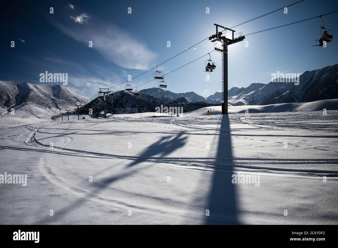 Touristen und Sportler erkunden die Pisten des Skistützpunktes Chunkurchak im Gebiet Chuy in Kirgisistan bei Bischkek. Stockfoto