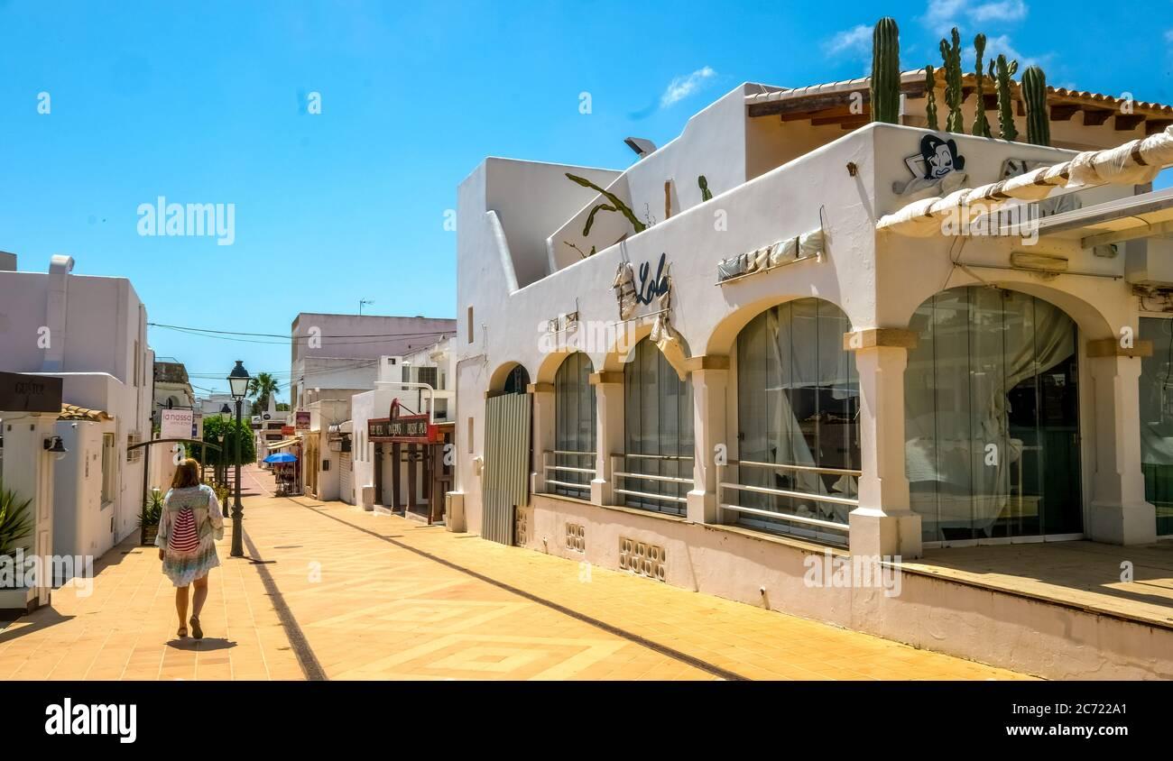 Geschlossene Geschäfte im ehemals gut frequentierten Ferienort Cala d'Or an der Südostküste Mallorcas. Die kommende allgemeine Maskenpflicht führt nach furth Stockfoto