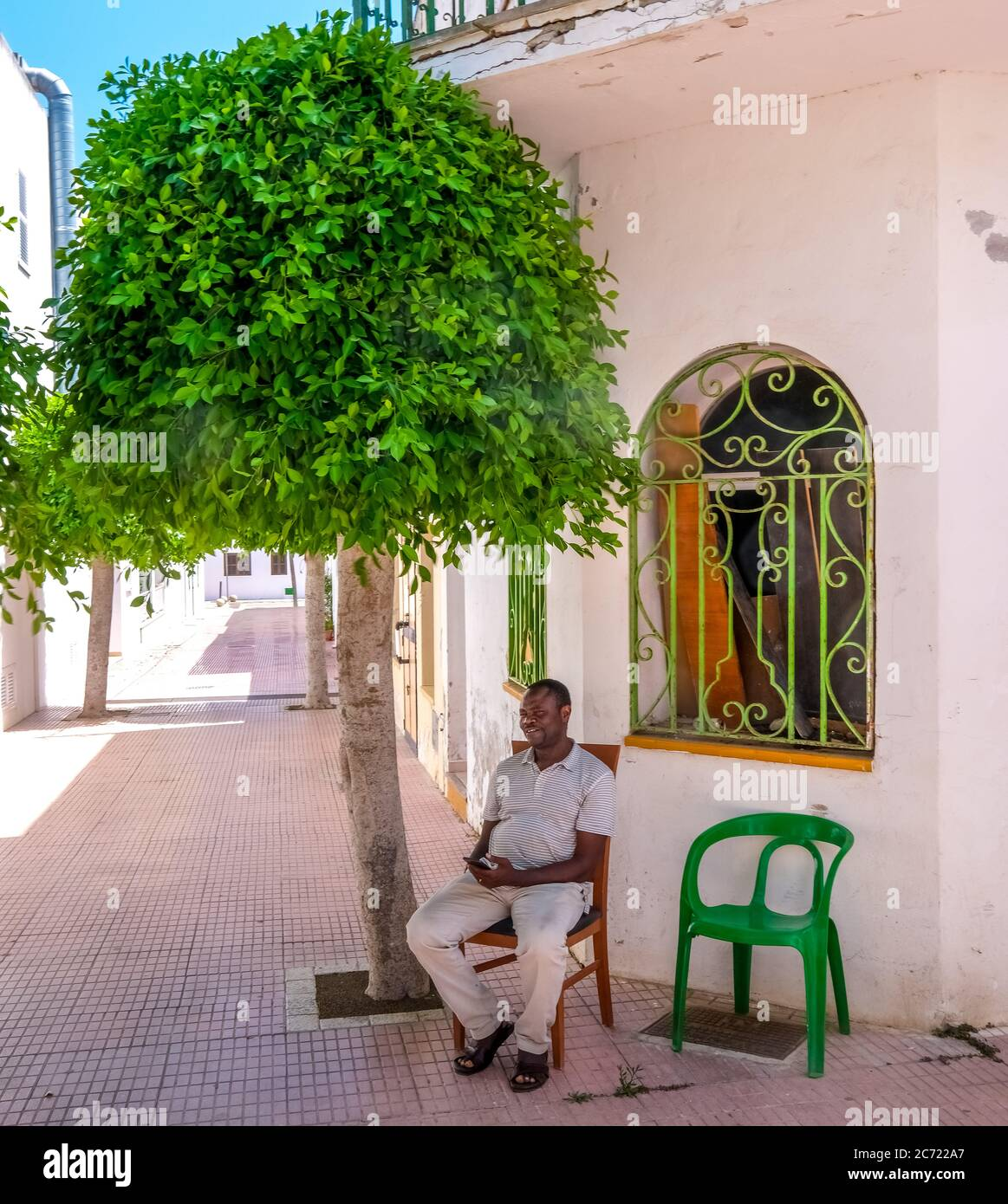 Einsame Verkäufer und geschlossene Geschäfte im ehemals gut besuchten Ferienort Cala d'Or an der Südostküste Mallorcas. Die kommende allgemeine Maske dut Stockfoto
