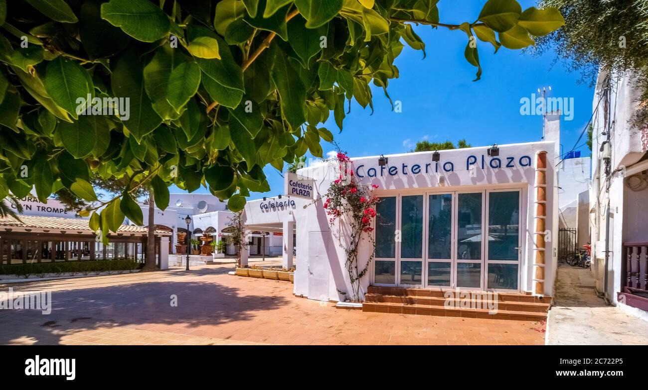 Geschlossene Geschäfte im ehemals gut frequentierten Ferienort Cala d'Or an der Südostküste Mallorcas. Die bevorstehende allgemeine Maskenpflicht führt Stockfoto