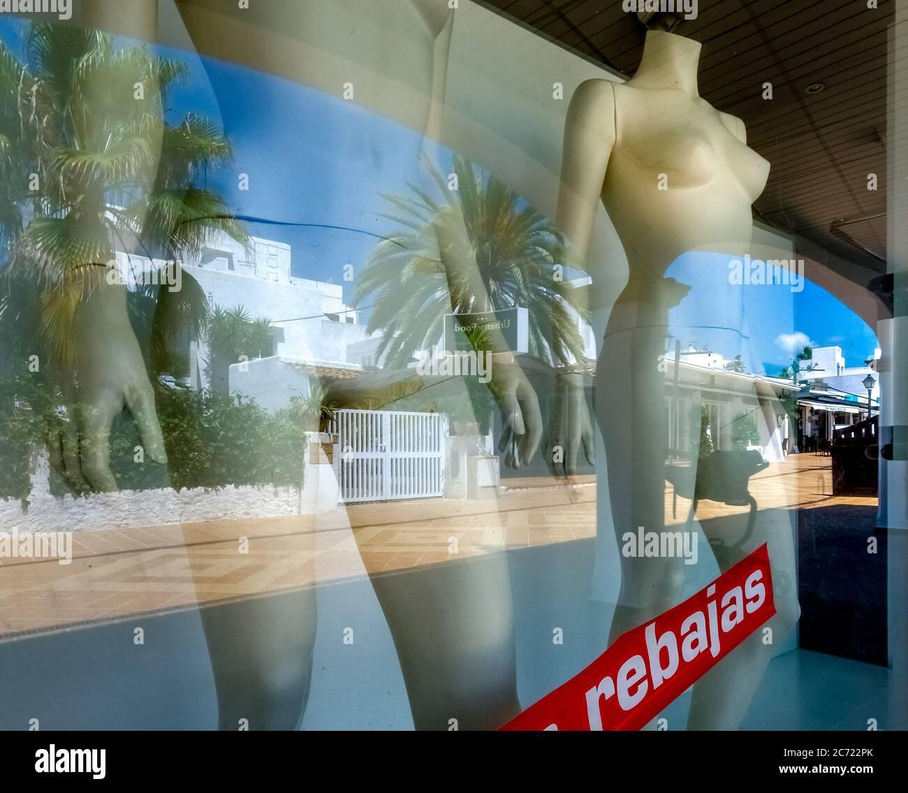Geschlossene, leere Geschäfte im ehemals gut besuchten Ferienort Cala d'Or an der Südostküste Mallorcas. Frühzeitiger Abverkauf ohne Kunden. Stockfoto