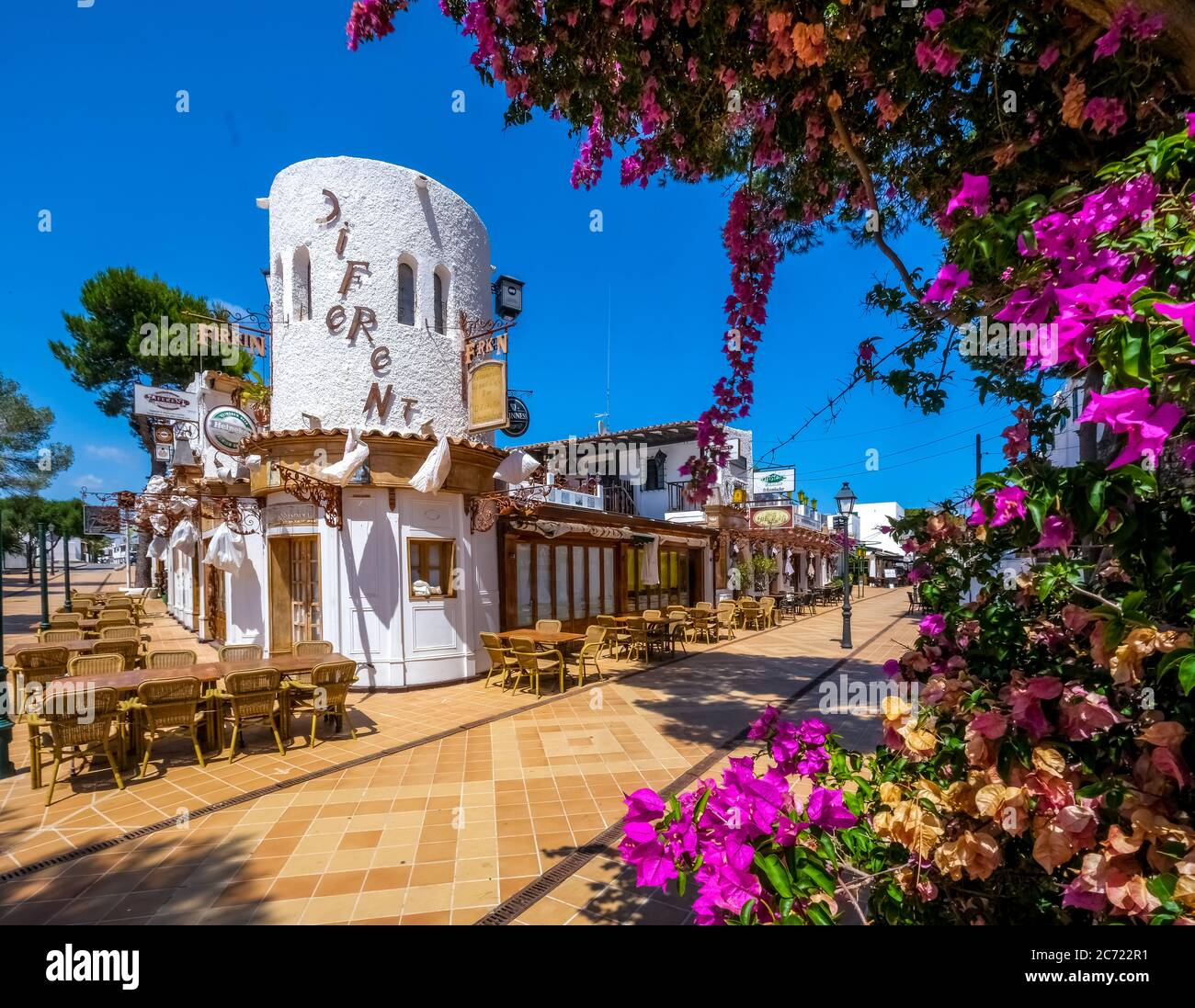 Geschlossene Geschäfte im ehemals gut besuchten Ferienort Cala d'Or an der Süd-Ostküste von Mallorca. The coming general Maskenpflicht führt zu w Stockfoto