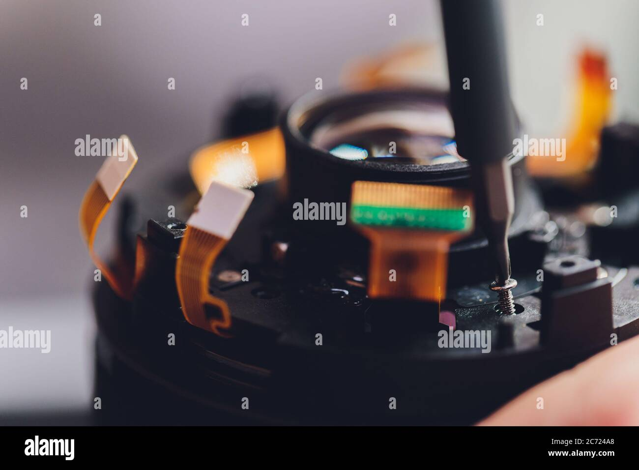 Service, Einstellung und Ausrichtung von optischen dslr-Objektiven mit höchster Präzision. Kamera Objektiv Reparatur-Set in Foto-Ingenieur Arbeitsplatz. Wartungsunterstützung von Stockfoto