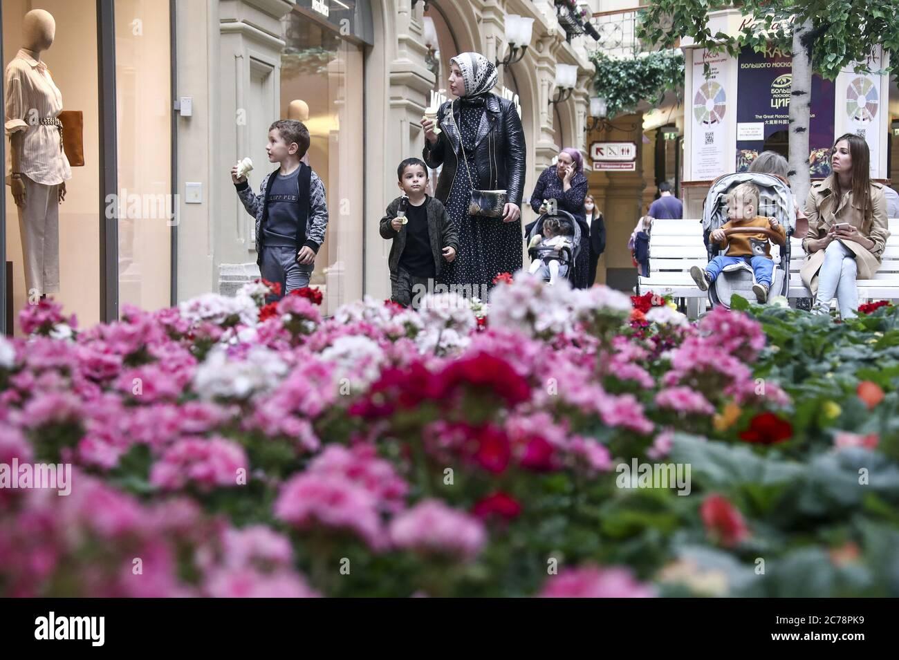 Moskau, Russland. Juli 2020. Während des jährlichen Blumenfestes gehen die Leute im KAUFHAUS KAUGUMMI spazieren. Quelle: Valery Sharifulin/TASS/Alamy Live News Stockfoto
