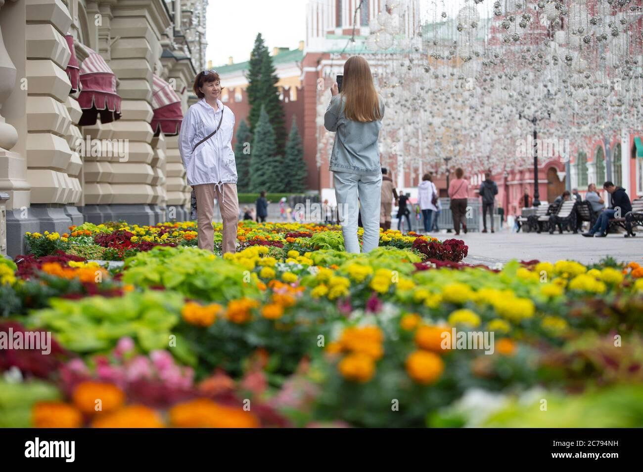Moskau, Russland. Juli 2020. Die Menschen fotografieren während eines jährlichen Blumenfestes vor dem KAUFHAUS GUM in der Nähe des Roten Platzes im Zentrum von Moskau, Russland, am 15. Juli 2020. In diesem Jahr wurden rund 200,000 Blumen in und außerhalb des KAUFHAUSES FÜR KAUGUMMI gepflanzt. Quelle: Alexander Zemlianichenko Jr/Xinhua/Alamy Live News Stockfoto