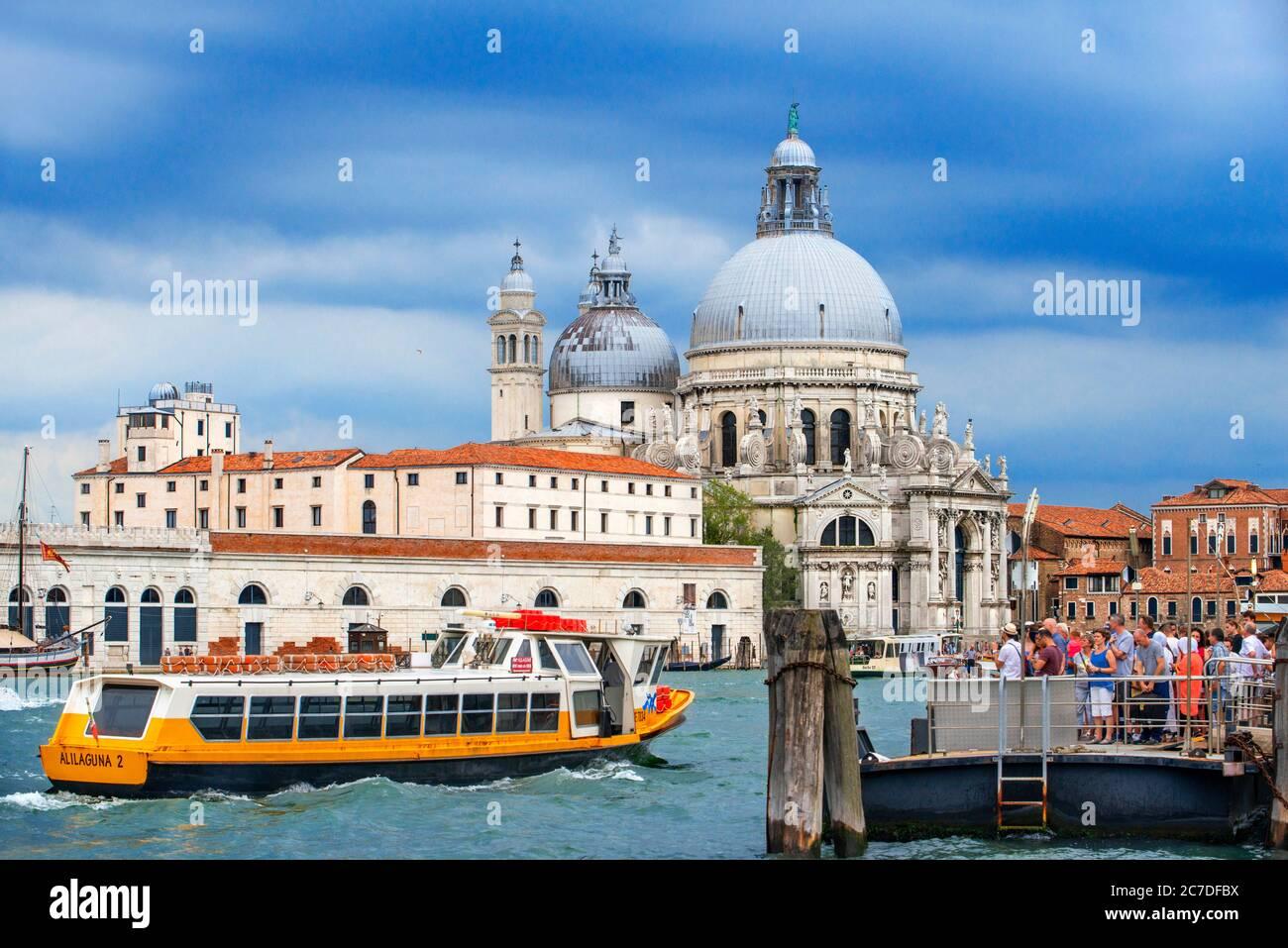 Vaporettos Gondolas, mit Touristen, auf der San Marco Gondelhaltestelle neben der Basilika Santa Maria della Salud, Venedig, UNESCO, Venetien, Italien, Euro Stockfoto