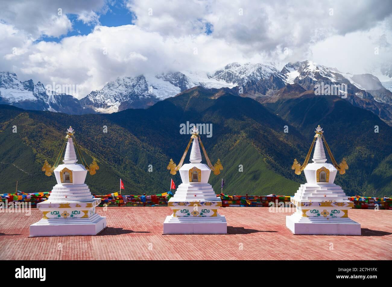 Stupa und die Meili Schneebergkette im Landkreis Deqen, Provinz Yunnan, China Stockfoto