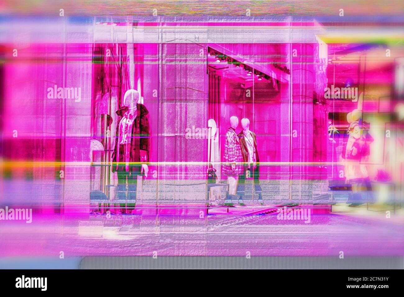 Digitalisierte High-End-Fashion-Schaufenster säumen eine Straße in Barcelona, Spanien. Stockfoto