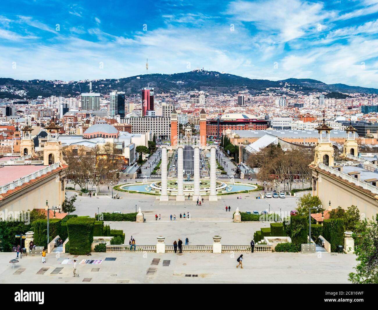 4. März 2020: Barcelona, Spanien - Blick auf Barcelona vom Nationalen Kunstmuseum Kataloniens in Richtung Plaça d'Espanya. Stockfoto