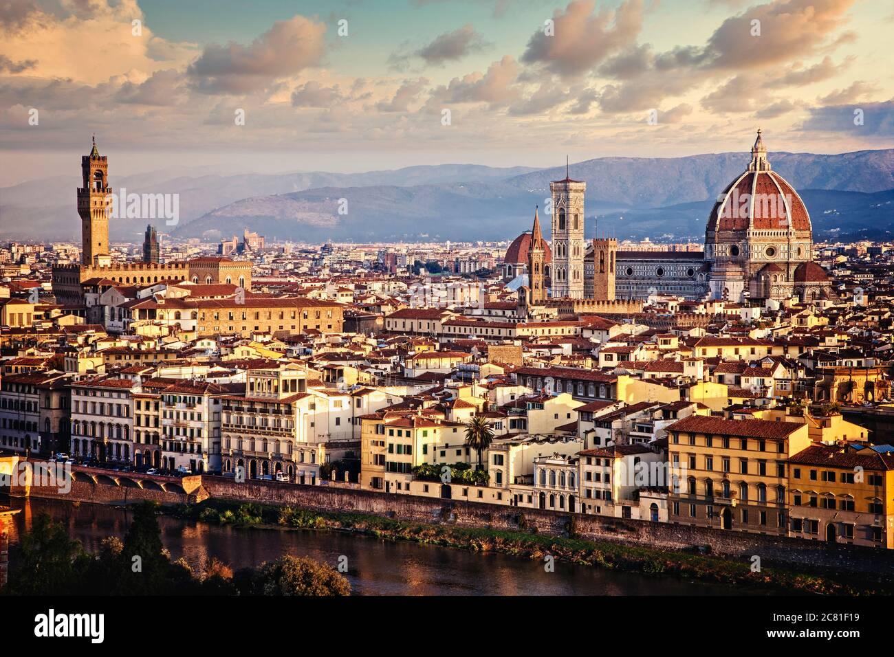 Am frühen Morgen Sonne breitet sich über Florenz, Italien mit den Arno im Vordergrund fließt. Stockfoto