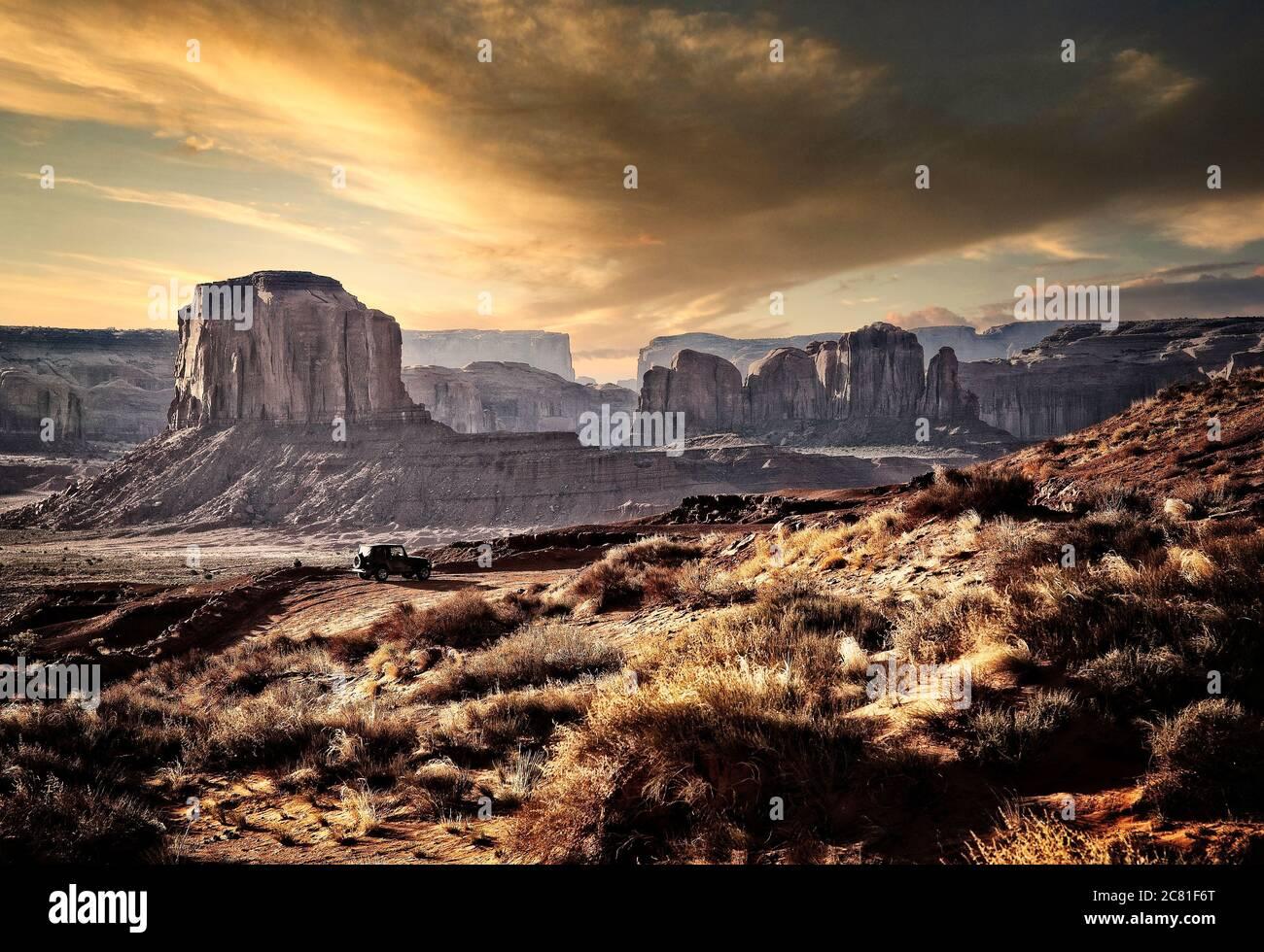 Ein Besucher hat die Aussicht auf einen Aussichtspunkt im Monument Valley an der Grenze zu Arizona/Utah. Stockfoto