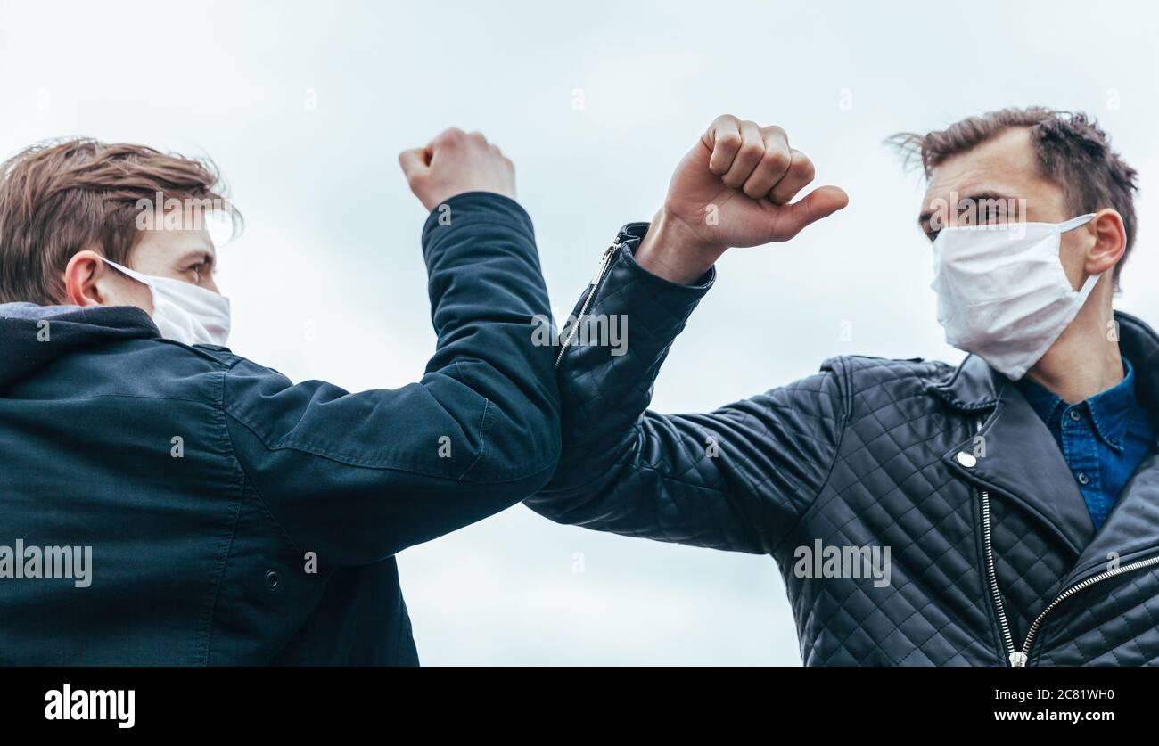 Junge Menschen mit einer Geste des Grüßens einander Stockfoto