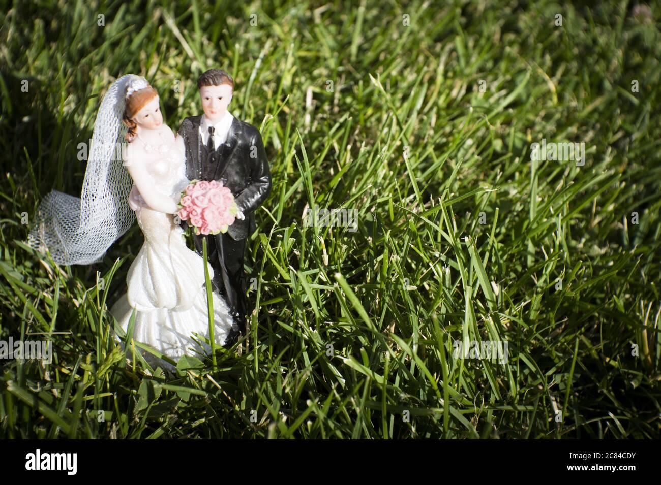 Standard-Figur des Ehepaares auf Naturrasen auf dem Feld. Draußen Stockfoto