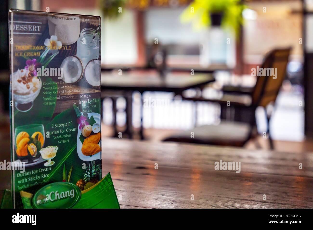 Menü und leeres Thai-Restaurant während der Pandemie 19 in Bangkok, Thailand Stockfoto