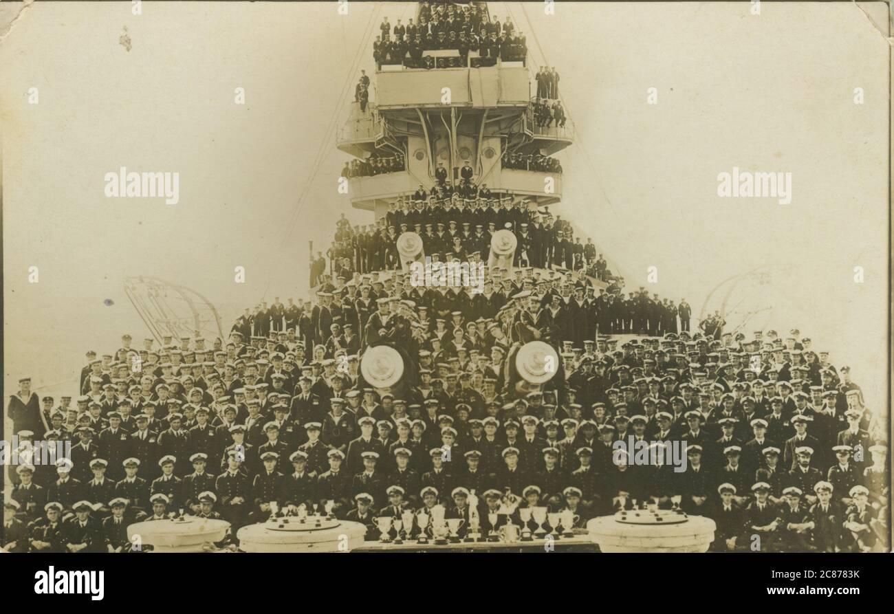 HMS Benbow - Iron Duke Class Schlachtschiff mit Crew (AUF den Tompions IST EIN Harpyadler abgebildet). Stockfoto