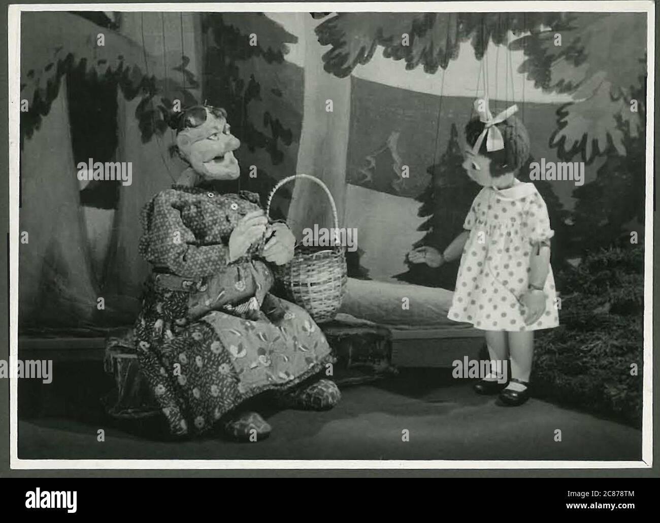 Professor Josef Skupa (1892-1957) war ein tschechischer Puppenspieler, der Anfang der 1920er Jahre seine berühmtesten Puppen schuf: Den komischen Vater Spejbl und seinen raschalischen Sohn Hurvinek, der 1930 das erste] moderne professionelle Puppentheater aufbaute. Während der nationalsozialistischen Besetzung der Tschechoslowakei führte Skupa auf Hunderten von Bühnen in der gesamten Tschechoslowakei satirische und allegorische Puppenspiele durch, die zur Inhaftierung der Marionetten durch die Nazis führten (in einem Aktenschrank!) Für das sein im Allgemeinen zu subversiv. Nach 1945 produzierte Skupa weiterhin Arbeit für Kinder und Erwachsene in der Tschechoslowakei und trat auch im Ausland auf. Mani Stockfoto