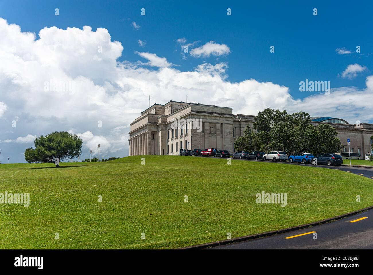 Straße in Richtung Auckland Museum Gebäude in der auckland Domain, Parnell, Neuseeland. Neoklassizistische Architektur Stockfoto