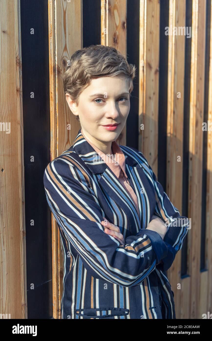 Porträt einer Geschäftsfrau mit kurzen Haaren in gestreiftem Blazer Stockfoto
