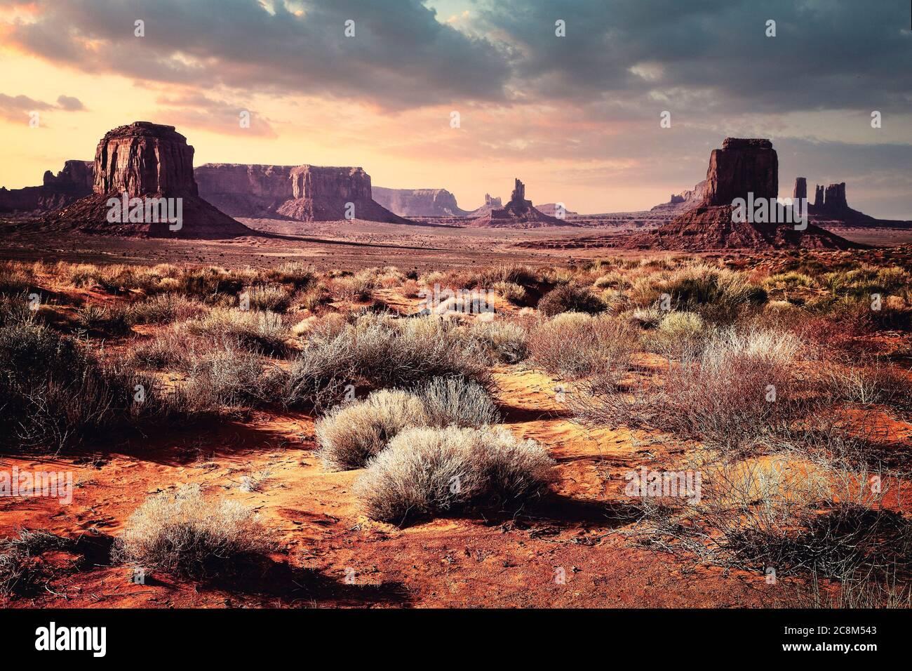Das Monument Valley, den Teil der Navajo Nation, in der hohen Wüste an der Grenze zu Arizona und Utah. Stockfoto