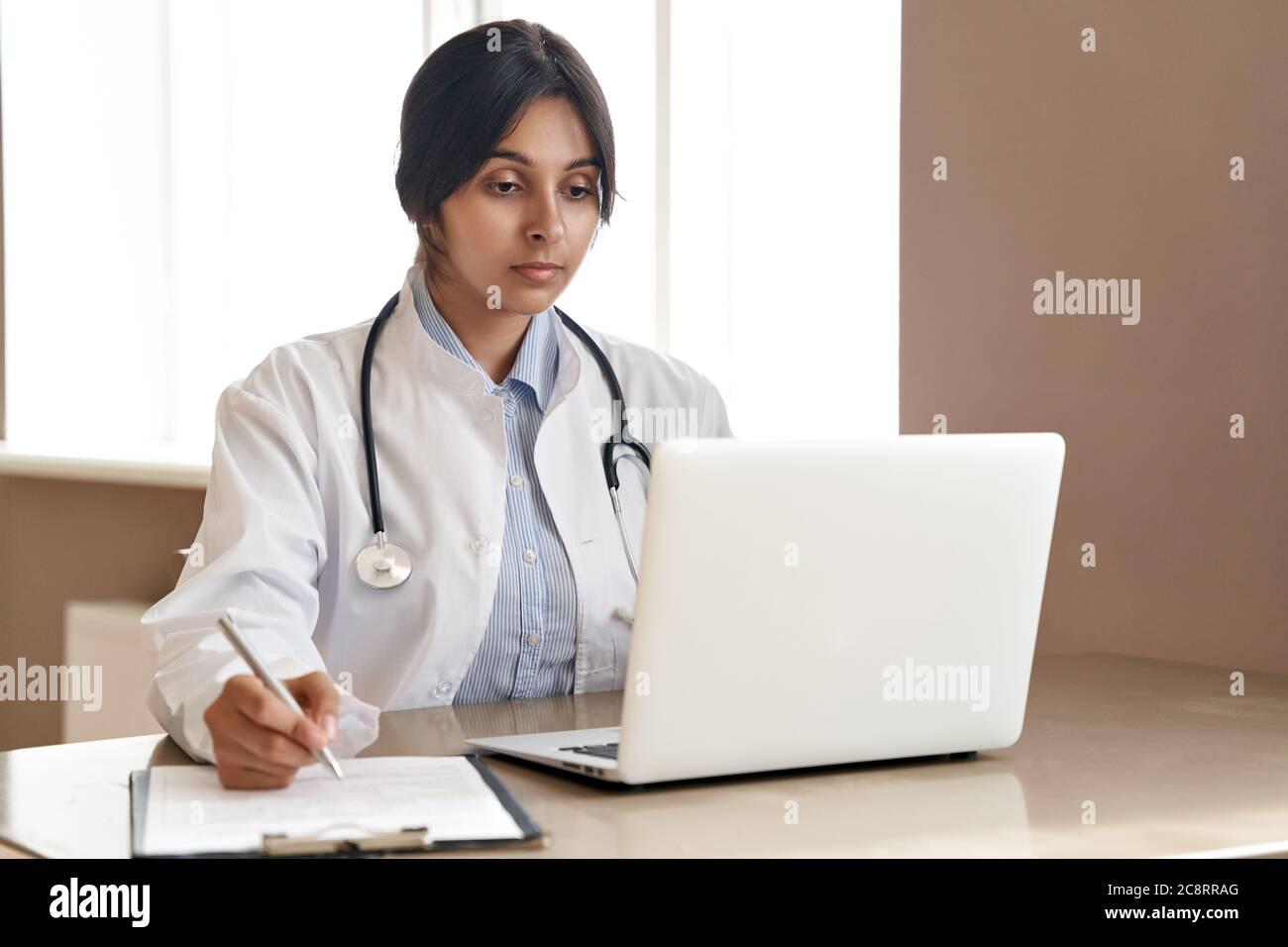 Indische Ärztin beim Online-Training Webinar auf Laptop bei der Arbeit. Stockfoto