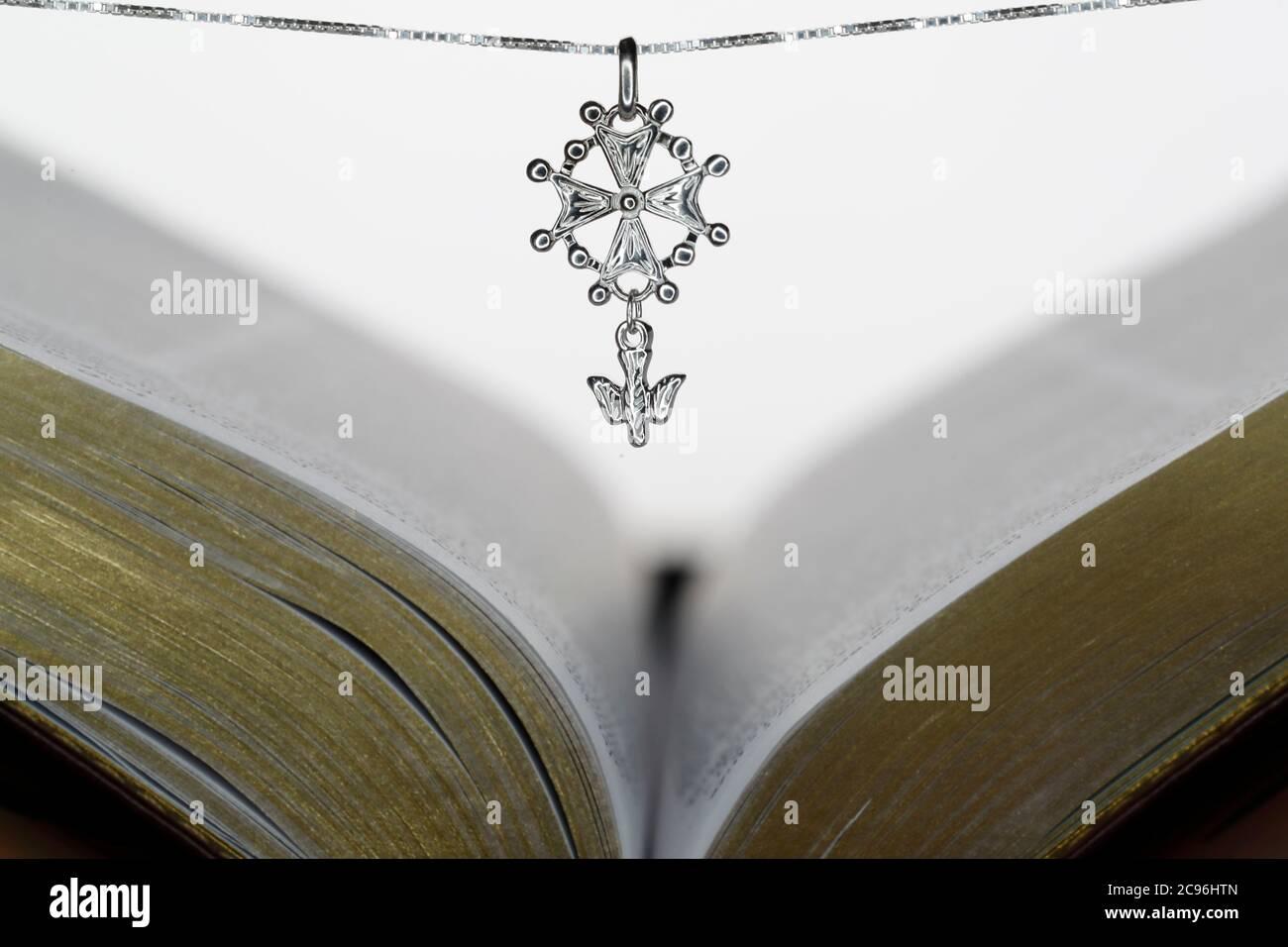 Die offene Bibel und das Hugenotenkreuz, ein beliebtes Symbol des evangelisch-reformierten Glaubens. Frankreich. Stockfoto