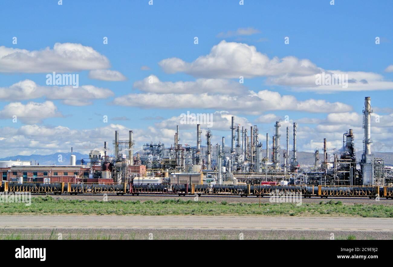 Blick auf die Ölraffinerie in wyoming usa vom lincoln Highway aus Stockfoto