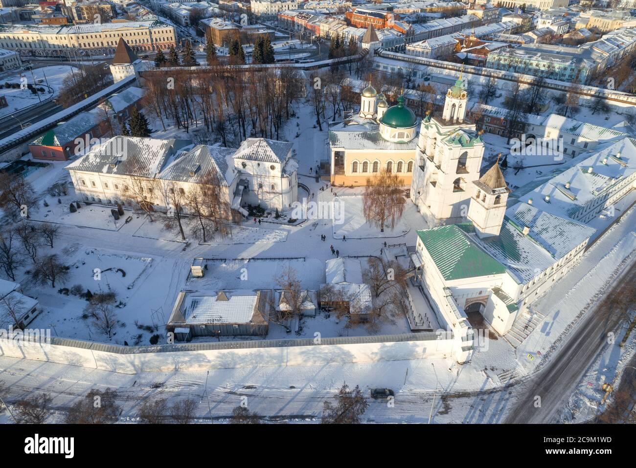 Über dem Spaso-Preobraschenski Kloster am Januartag (Luftaufnahme). Jaroslawl, Goldener Ring Russlands Stockfoto