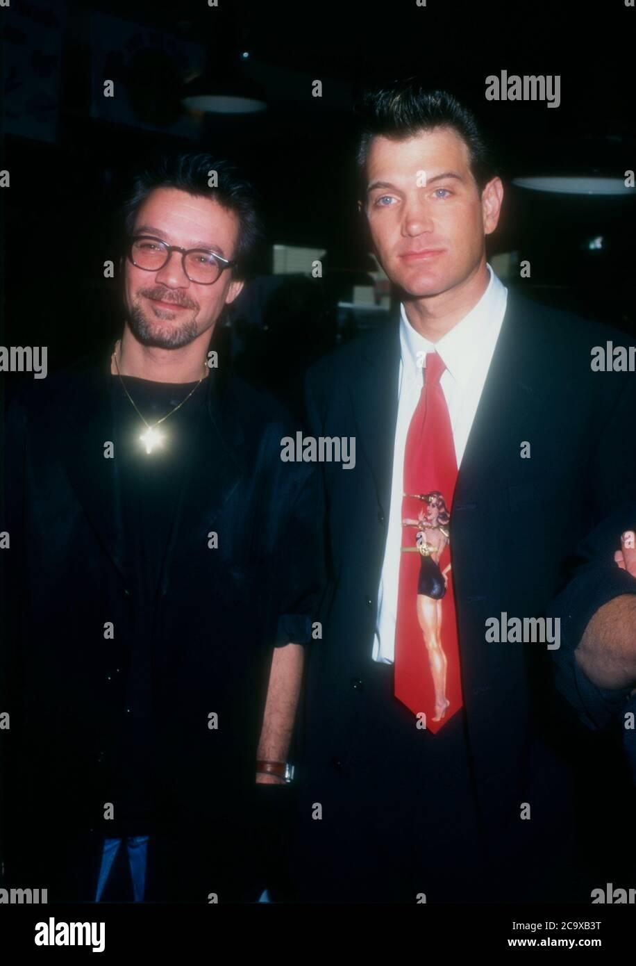 Beverly Hills, California, USA 27. Februar 1996 Musiker Eddie Van Halen und Sänger/Musiker Chris Isaak nehmen am 27. Februar 1996 an den Orville H. Gibson Guitar Awards im Hard Rock Cafe in Beverly Hills, Kalifornien, USA Teil. Foto von Barry King/Alamy Stockfoto Stockfoto