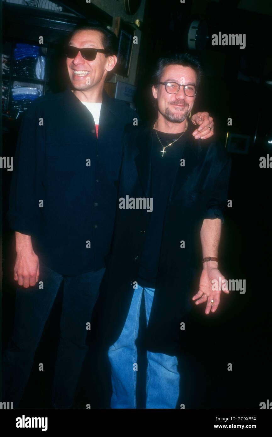 Beverly Hills, California, USA 27. Februar 1996 die Musiker Alex Van Halen und Eddie Van Halen nehmen am 27. Februar 1996 an den Orville H. Gibson Guitar Awards im Hard Rock Cafe in Beverly Hills, Kalifornien, USA Teil. Foto von Barry King/Alamy Stockfoto Stockfoto